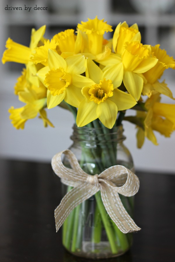 Cut-daffodils-in-mason-jar-for-a-simple-spring-centerpiece